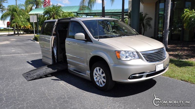 Used 2015 Chrysler Town and Country.  ConversionBraunAbility Chrysler Entervan II
