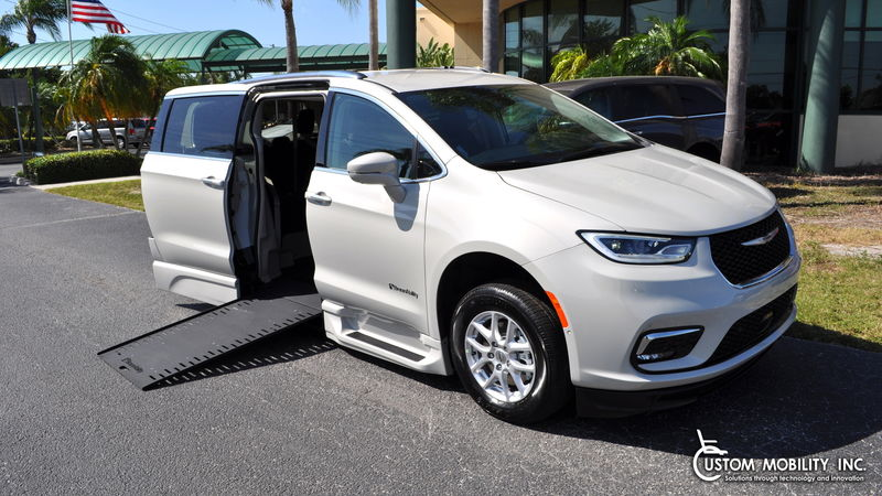 2021 Chrysler Pacifica BraunAbility Chrysler Pacifica Infloor wheelchair van for sale